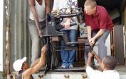 Wolfgang, Matthew und Helfer beim entladen der Schuhmachermaschine.