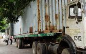 Beim Ausladen unseres 12 Meter langen Containers.