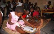 Des enfants à l'hôpital général colorient des images