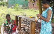 Blandine behandelt gratis ein krankes Dorfkind.