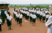 Die Kinder singen für uns und zeigen ihre Dankbarkeit für die Schule.