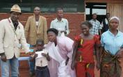 Die Kinder zeigen ihre Zeugnisse - Chef Mbumba Thumba's Familie (l) und alle Eltern sind so dankbar für die Ausbildung, die ihre Kinder bekommen.