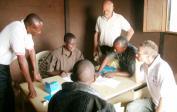 Schulbeamter füllt Formulare in Mushapo aus.