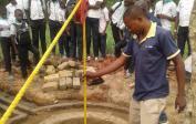 Mr. Shako prüft den Brunnen.