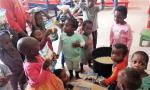 Sirotci v Kimbondu při vybalování potravin