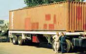 1. Wolfgang und Marianne mit unserem 40-Fuß-Container im Hafen von Conakry in Guinea