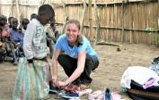 7. Oben: Lenka verteilt Schuhe in Mokali im Kongo