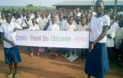12. Angela mit ca. 500 Schülern auf dem Schulhof in Mushapo