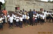 14. Direktor Pierre mit Schülern der Mushapo-Schule in angemieteten Schulräumen in Tshikapa